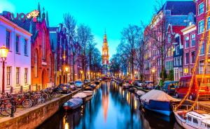 Đi xe đạp vòng quanh thành phố cũng là một trải nghiệm thú vị dành cho du khách khi ghé thăm Amsterdam