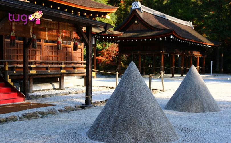 13_Ngôi đền dần trở thành nơi được nhiều người tín ngưỡng, tôn thờ với thần bảo hộ tránh tai ương, thần bảo vệ điện khí