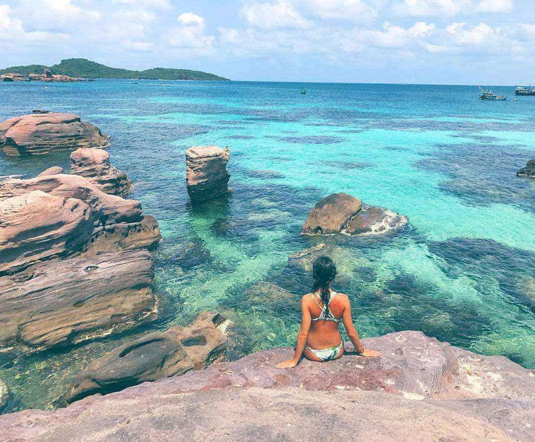 Nước biển xung quanh đảo trong vắt, có thể nhìn rõ đáy