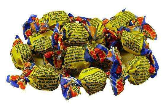 Vỏ của những chiếc kẹo này được in trên giấy màu vàng