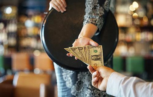 Nếu ở Mỹ, tip là điều bắt buộc thì Nhật Bản không có khái niệm này. Thậm chí, việc tip tại nhiều nhà hàng, khách sạn còn bị người dân địa phương coi là điều xúc phạm, vì đưa tiền tip cho họ đồng nghĩa với việc bạn không hài lòng với dịch vụ của họ hay ngụ ý hãy cố gắng hơn trong những lần sau.
