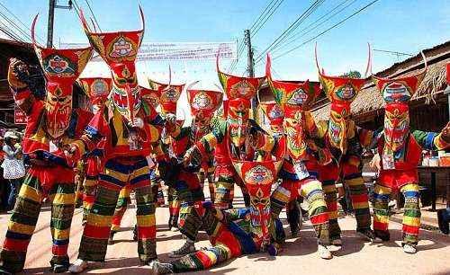 Thanh niên đeo những chiếc mặt nạ khổng lồ trong lễ hội Phi Ta Khon
