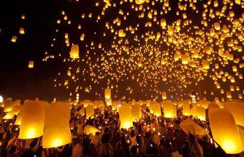 Thả đèn trời trong lễ hội Loy Krathong Thái Lan