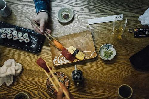 Không nên ợ trước bàn ăn đông người, vì điều này bị coi là thô lỗ tại Nhật Bản.