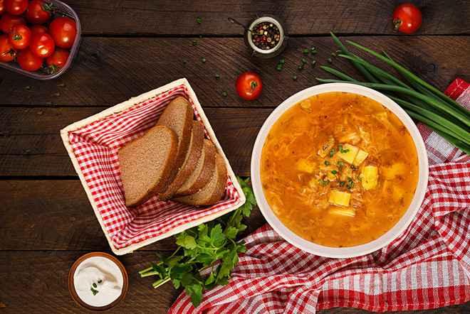 Súp bắp cải thường được dùng kèm với bánh mì.