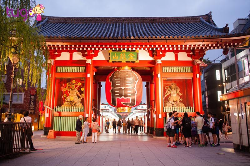 Asakusa là một trong những ngôi chùa nổi tiếng của Nhật Bản