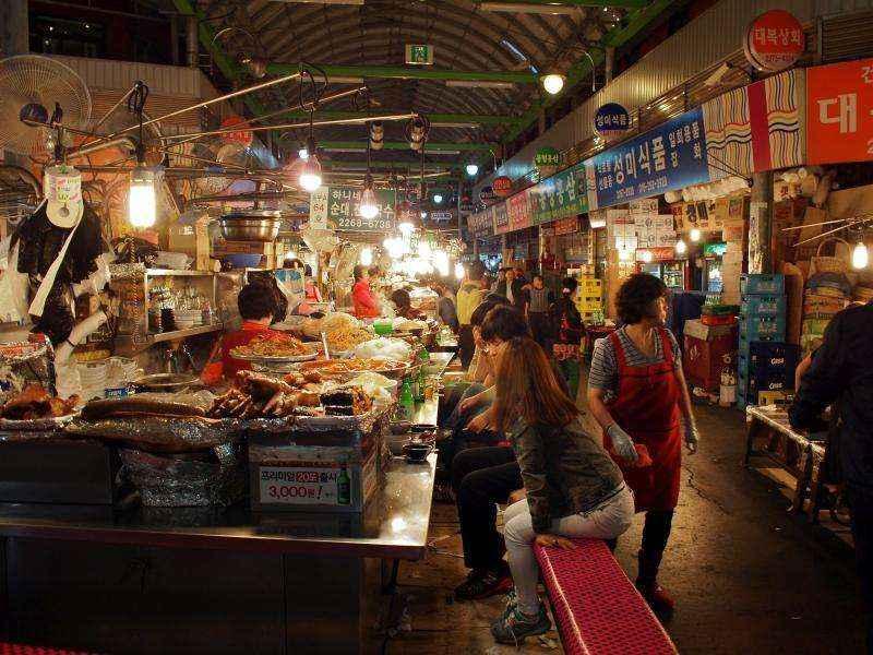 Nơi đây đặc biệt nổi tiếng với mặt hàng hanbok và pyebaek