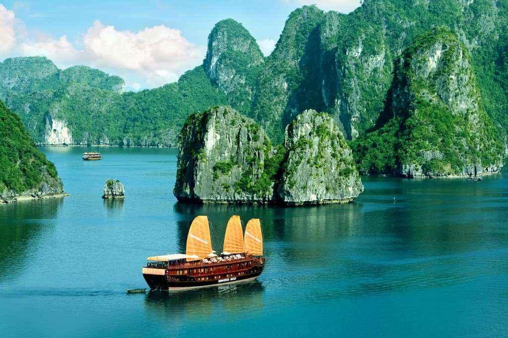 Vịnh Hạ Long là địa điểm có thể nói là nổi tiếng nhất Việt Nam