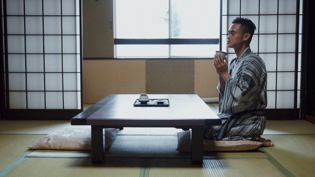 êm cuối, đoàn tour du lịch nhật bản cao cấp được ở khách sạn kiểu cổ truyền. khoác lên mình chiếc áo yukata e ấp, chị tĩnh lòng trước tách trà matcha nghi ngút khói... chỉ muốn kéo dài mãi giây phút này. làm sao để được sống ở đây mãi mãi? tiền đâu?