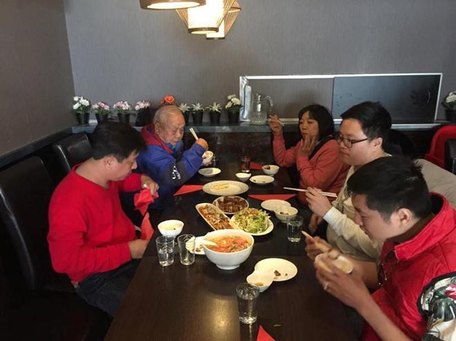 Bữa ăn của đoàn du lịch Tugo trong chuyến đi châu Âu