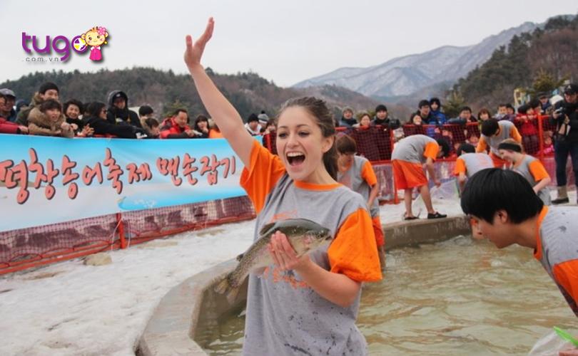 Các du khách vô cùng phấn khích với các hoạt động thú vị tại lễ hội
