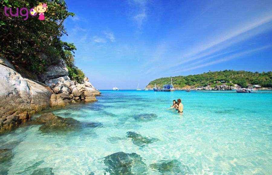 Đoàn tự do tắm biển, thưởng thức hải sản và tham gia các trò chơi thể thao tại đảo Coral