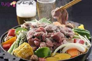 Jingisukan là món thịt cừu được nhúng trong nước sốt và nướng chín, ăn cùng rau cải