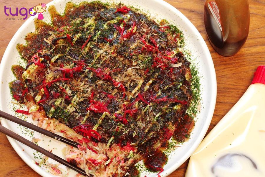 Món bánh xèo hấp dẫn được làm từ thịt lợn, bạch tuộc, tôm, phô mai