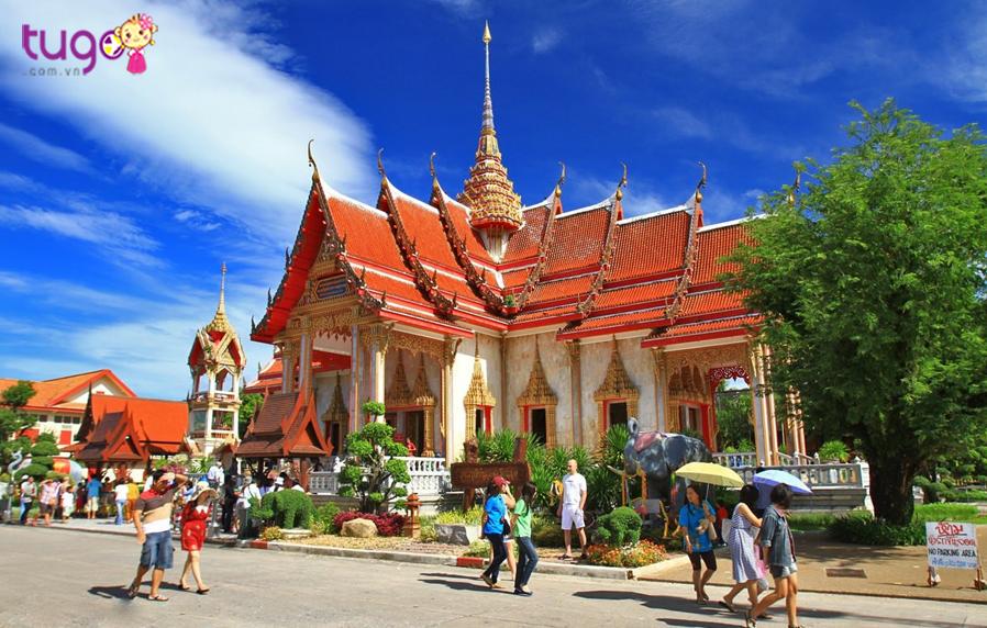 Ngôi chùa đẹp tuyệt này gần ngay tượng Phật Lớn, cách thị trấn Phuket khoảng 8km