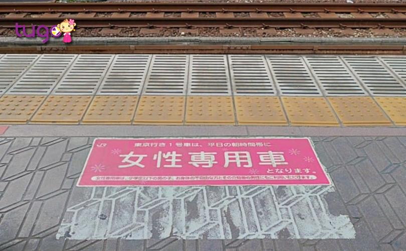 Dấu hiệu lên tàu dành riêng cho hành khách nữ trong giờ cao điểm thường được làm dấu nổi bật và dễ nhận biết ở nhà ga