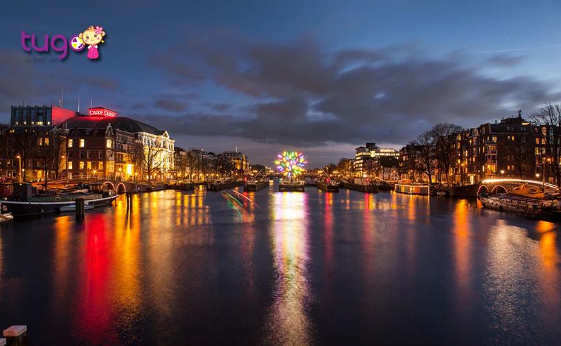 Du khách có thể đi thuyền dọc theo các con kênh để chiêm ngưỡng trọn vẹn vẻ đẹp lung linh của lễ hội ánh sáng ở thành phố Amsterdam