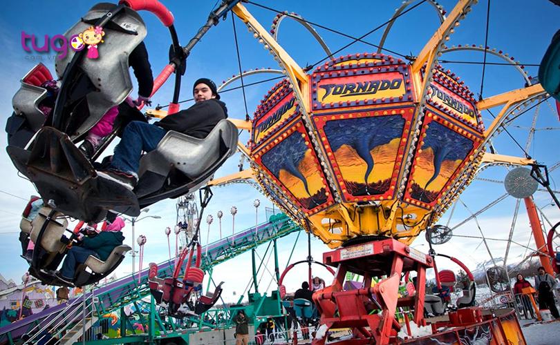 Du khách sẽ được hòa mình vào bầu không khí sôi động với nhiều trò chơi vui nhộn tại lễ hội mùa đông ở Anchorage, Alaska