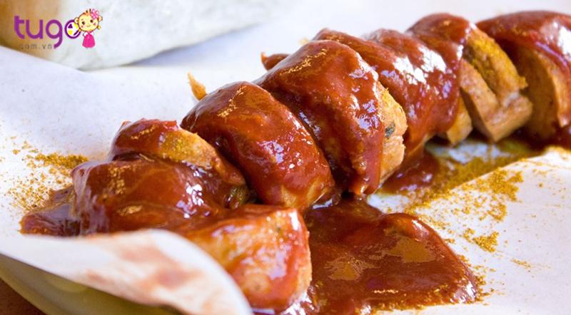 Thưởng thức xúc xích Currywurst