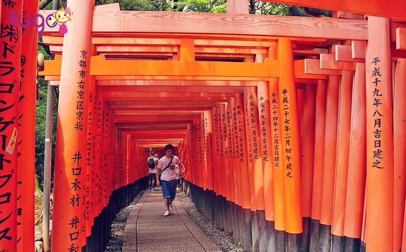 Điện thờ Fushimi Inari Shrine nổi bật và cực ấn tượng với hàng nghìn cổng như xếp chống lên nhau