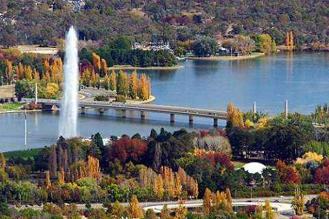 Mùa cây thay lá bên hồ Burley Griffin.