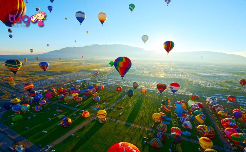 Hàng ngàn chiếc khinh khí cầu được thả lên không trung, tạo nên khung cảnh đặc biệt ấn tượng
