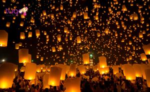 Hàng ngàn chiếc lồng đèn rực rỡ được thắp sáng và thả lên trời cao...
