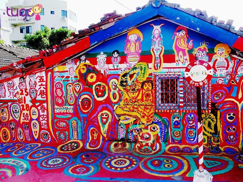 Rainbow village là ngôi làng nhỏ nổi bật với những họa tiết đơn giản kết hợp với nhau vô cùng ngẫu nhiên