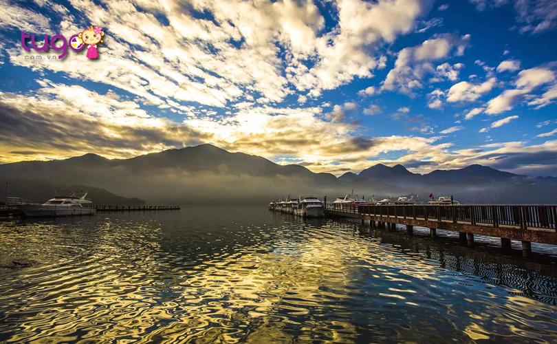 Hồ Nhật Nguyệt yên bình và tĩnh lặng giữa chiều thu xứ Đài