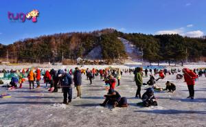 Không khí rộn ràng đầy hấp dẫn trong ngày hội câu cá dưới băng ở hồ Soyangho