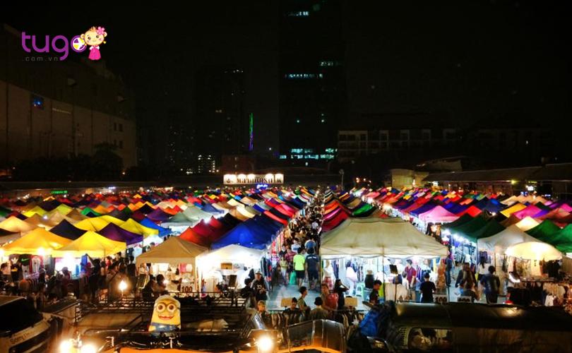 Không khí sầm uất, nhộn nhịp ở khu chợ Saphan Phut nổi tiếng