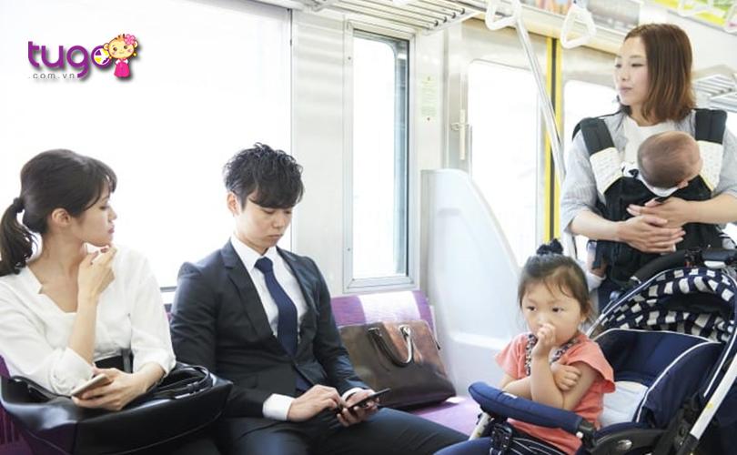 Không nên chiếm quá nhiều diện tích ghế khi ngồi