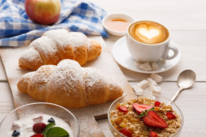 Khẩu phần sáng của người châu Âu thường là trái cây, bánh mì và ngũ cốc