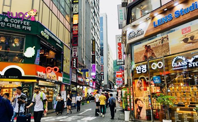 Khu phố Myeongdong hiện đại, náo nhiệt với nhiều cửa hàng sầm uất