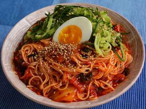 Kimchi-mari-guksuđược dùng thường xuyên và dễ chế biến vào mùa hè. Kim chi sau khiđể lạnh dùng chung với mì, nước canh kim chi và nước xáo thịt. Bạn cũng có thể thay mì bằng cơm để biến tấu món ăn. Ảnh: Korean Bapsang.