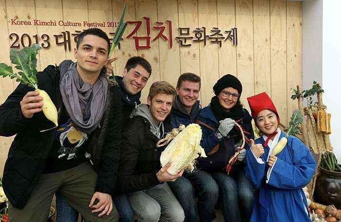 """Khách du lịch đến thăm quan cung điện Kyeongbuk Hàn Quốc vào ngày 5/12 đúng dịp có """"Lễ hội văn hóa Kimchi Hàn Quốc năm 2013' được tổ chức và họ đang chụp ảnh kỷ niệm."""