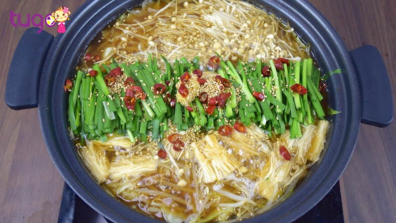 Motsu Nabe là nồi lẩu đặc sản này được nấu từ thịt nac bò, bắp cải và tỏi tây trong nồi nước súp