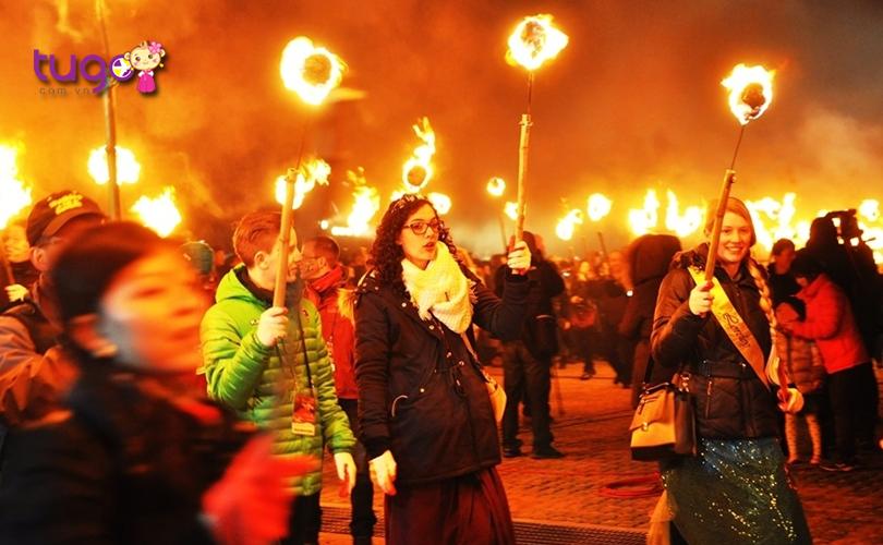 Lễ hội Lửa ở đảo Jeju là một sự kiện hấp dẫn, thu hút đông đảo du khách quốc tế tham gia