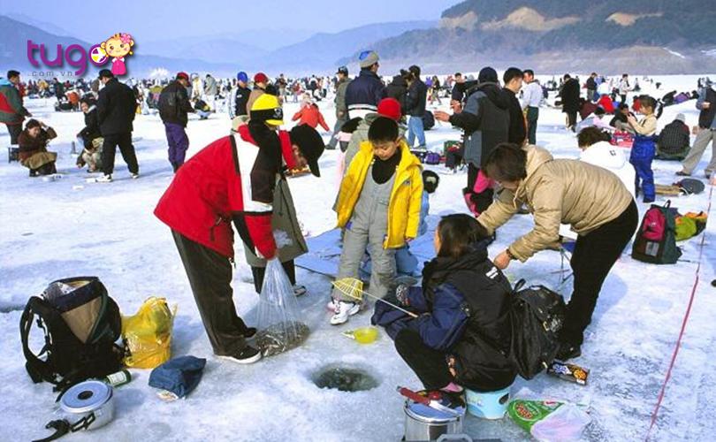 Lễ hội mang đến cho du khách nhiều trải nghiệm đặc biệt với hoạt động câu cá dưới băng đầy mới lạ