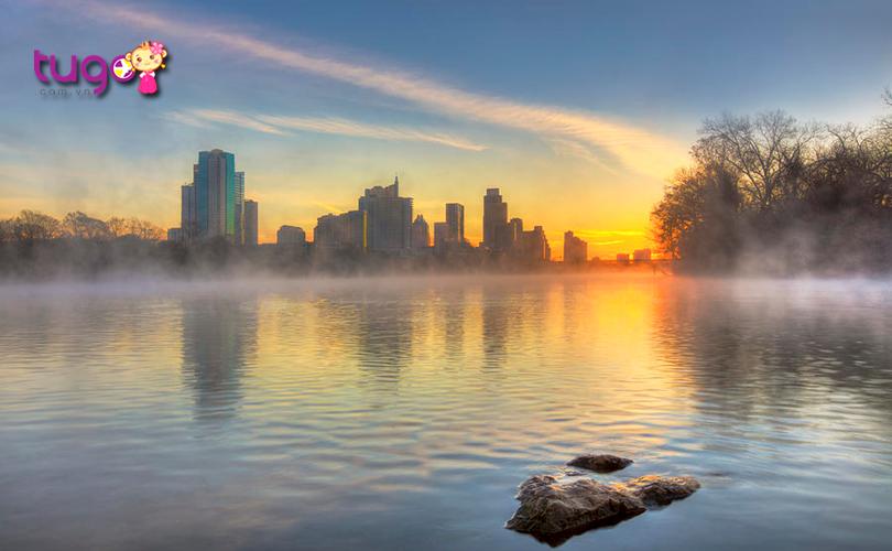 Mặt hồ phẳng lặng, huyền ảo với màn sương lắng đọng vào mùa đông ở Austin