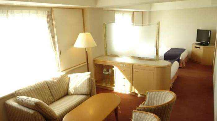 Phòng ngủ và phòng tiếp khách được ngăn ra một cách khéo léo khiến cho không gian trông rộng rãi hẳn lên