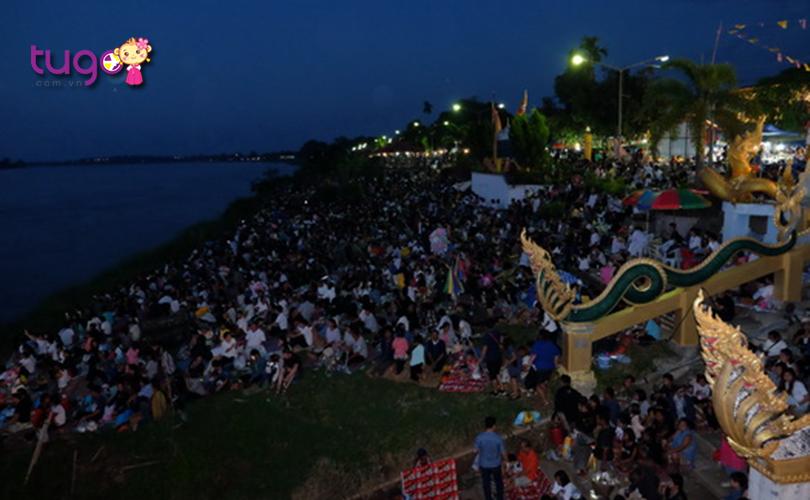 Người dân địa phương Thái Lan tập trung nô nức bên bờ sông Mê Kông để chờ đợi những quả cầu lửa phát sáng trong đêm