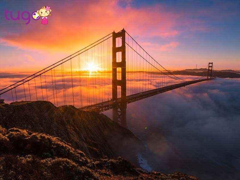 Cầu Cổng Vàng là một trong những địa điểm thu hút khách du lịch nhất ở California và Hoa Kỳ