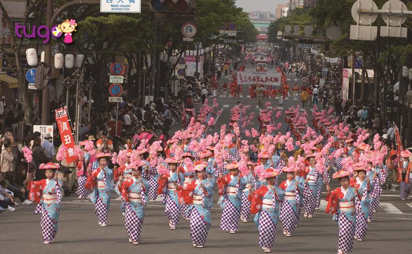 Những bộ trang phục truyền thống đẹp mắt, rực rỡ được người tham gia diễu hành mặc trong lễ hội