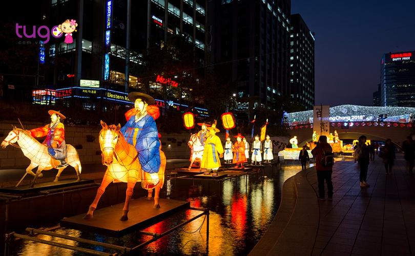 Những chiếc đèn lồng rực rỡ trong đêm tại con suối Cheonggyecheon nổi tiếng