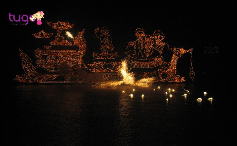 Những chiếc thuyền đèn được tạo hình công phu và phát sáng rực rỡ trong đêm