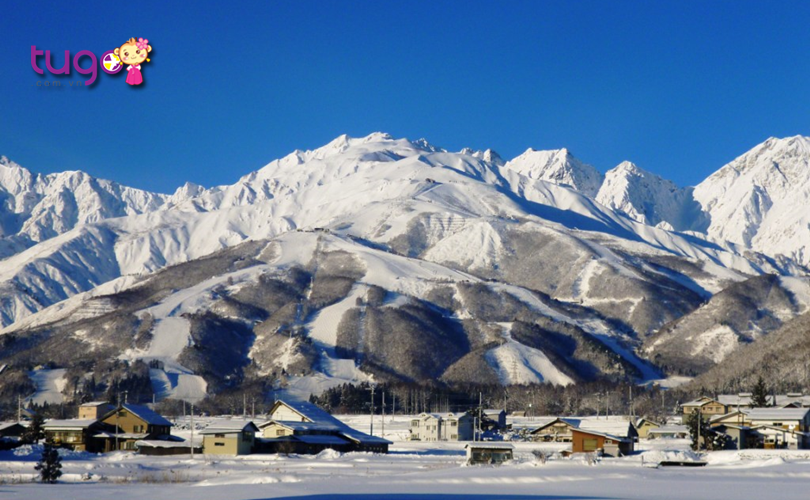 Những dãy núi hùng vĩ được bao phủ bởi một màu trắng xóa của tuyết ở Nhật Bản