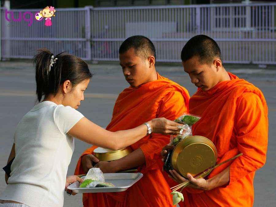Việc phụ nữ chạm vào các vị sư là điều cấm kỵ không được làm tại Thái Lan