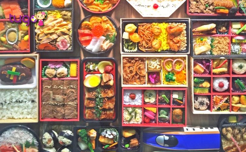Những món ăn hấp dẫn được bày bán tại khu vực gần cửa soát vé