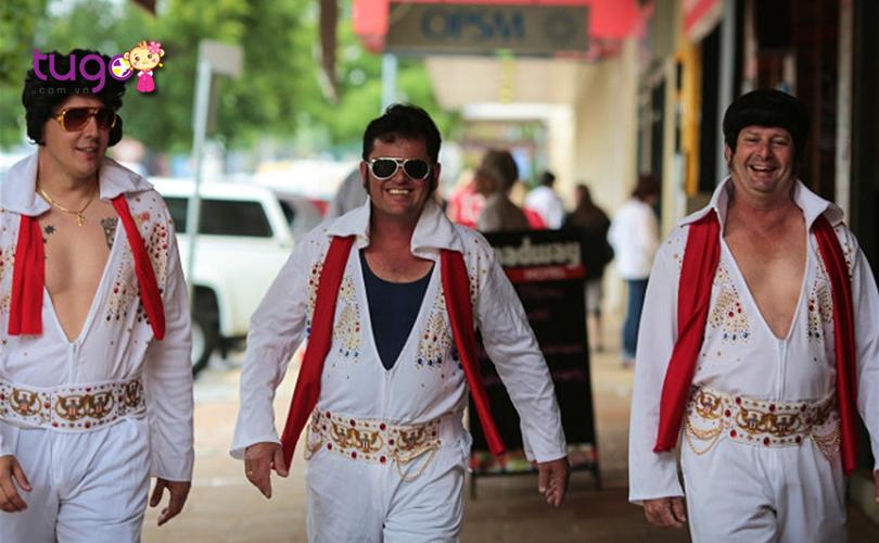 Những người tham gia lễ hội háo hức hóa trang thành huyền thoại âm nhạc Elvis Presley